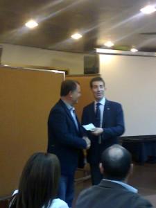 Il Presidente, F. D'Asaro, riceve il premio di partecipazione dal Presidente di Zona I. Pipitone