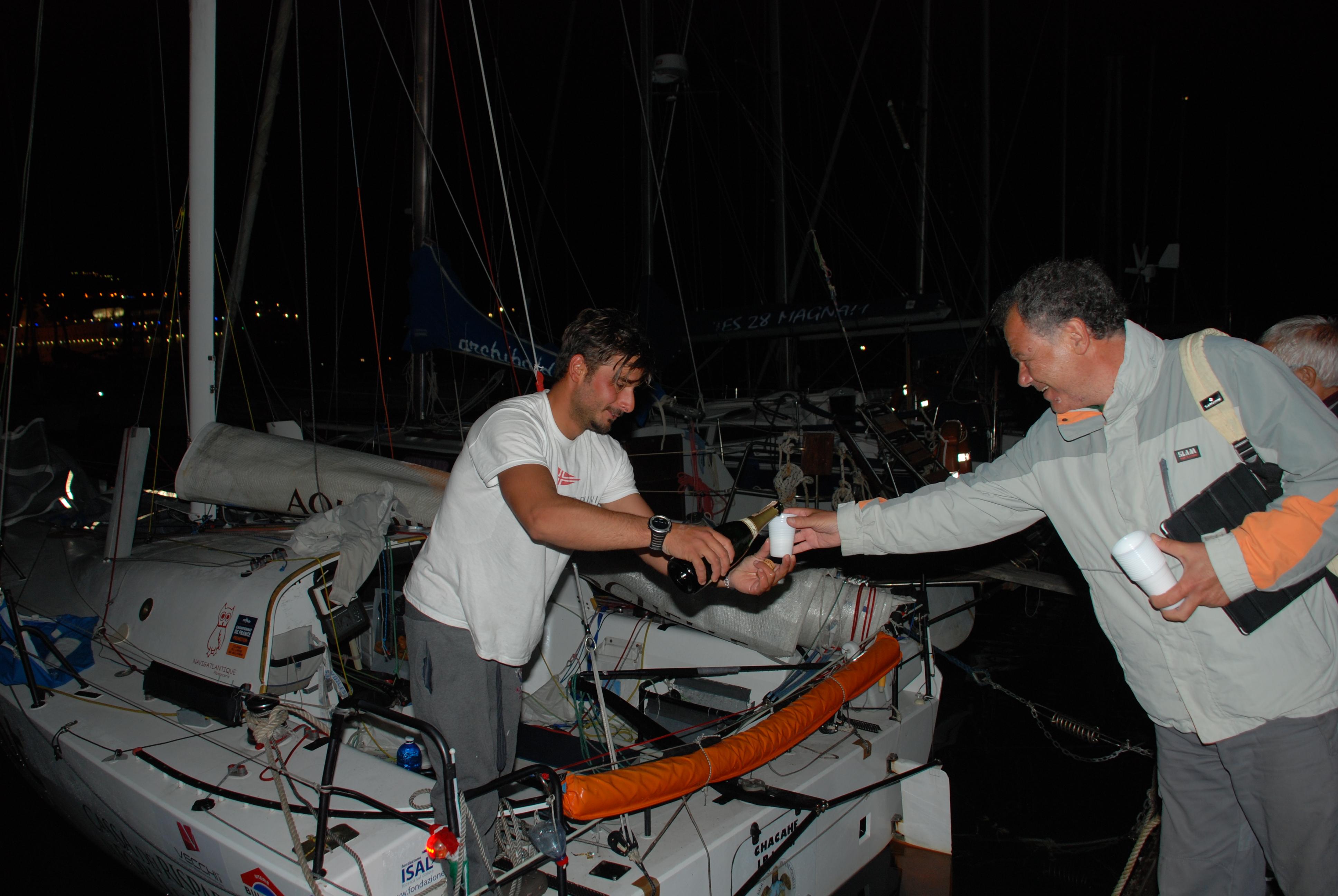 Michele Zambelli, primo assoluto, brinda con il presidente Francesco D'Asaro all'arrivo ai pontili del VCTI