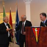 Michele Lucia e Francesco D'Asaro consegnano un ricordo del XXX anniversario a Mimmo Taibi, Presidente del Centro Velico Balestrate
